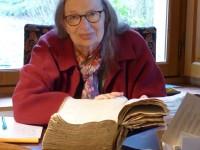 P174c - 0b Colette BEAUNE devant un manuscrit de 1644 - Cliche AB - P1120456